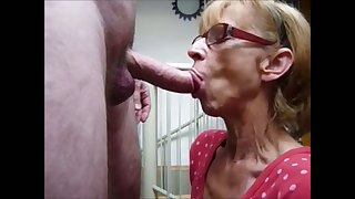 Nice crooked mouth she has and this granny knows how respecting give a in agreement blowjob