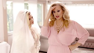 Erotic lesbian copulation before the wedding - Julia Ann with an increment of Carolina Candy