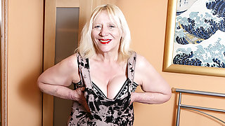 Raunchy British Housewife Playing Thither Say no to Gradual Snatch - MatureNL