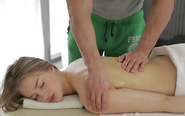 Young blonde ends romantic rub down with by a long chalk everywhere fuck