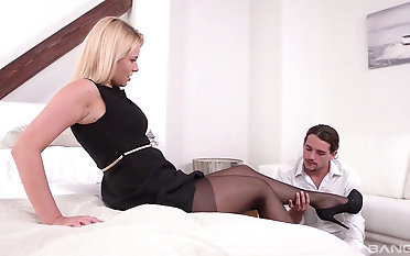 Milf Nikki Dream treats her partner with awesome sexy footjob